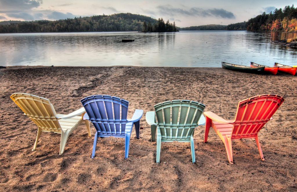 chaise en plastique coloré avec des bombes de peinture