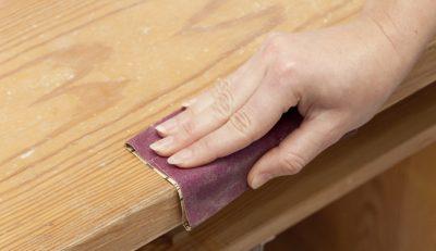 plateau de table en bois avec du vernis