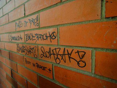 peinture en bombe sur mur en brique