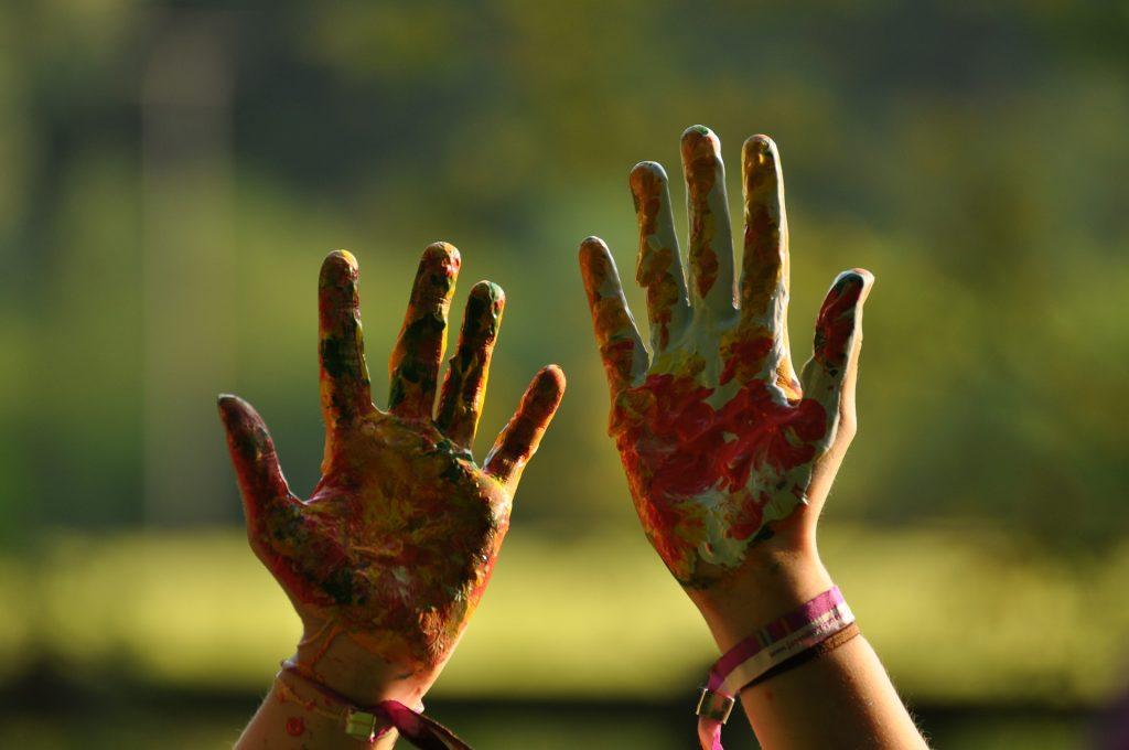 peinture en bombe sur les mains