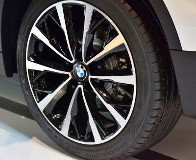 les jantes d'une voiture BMW