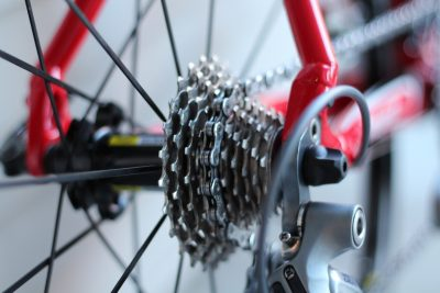 la roue d'un vélo rouge