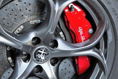 étrier de frein rouge d'une voiture