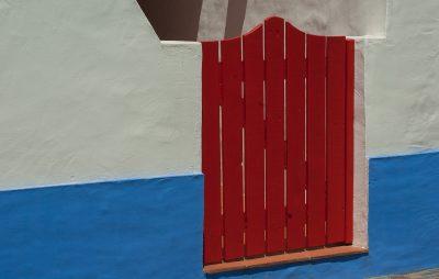petit portail en bois rouge