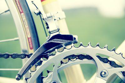 les roues d'un vélo de ville
